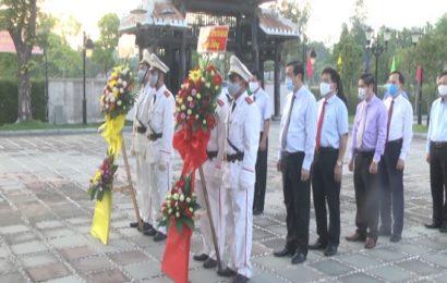 Lãnh đạo tỉnh viếng hương nhà lưu niệm đồng chí Võ Chí Công