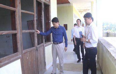 Phó Chủ tịch UBND tỉnh Trần Văn Tân đi khảo sát khu KTX của trường Trung cấp nghề thanh niên dân tộc miền núi Quảng Nam