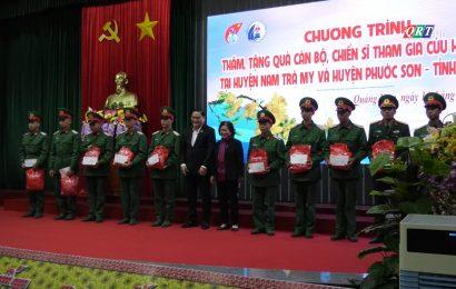 Nguyên Chủ tịch nước Trương Mỹ Hoa tặng quà cán bộ chiến sĩ giúp dân