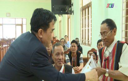 Phó Bí thư Thường trực Tỉnh ủy Lê Văn Dũng thăm già làng, người có uy tín huyện Phước Sơn và bàn giao 17 căn nhà cho bà con vùng sạt lở