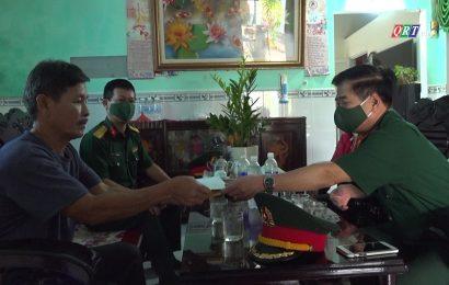 Thăm, tặng quà đối tương chính sách nhân kỷ niệm 60 năm ngày mở đường Hồ Chí Minh trên biển